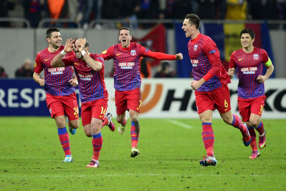 Iasmin Latovlevici (S2), de la Steaua Bucureşti, se bucură după marcarea unui gol în timpul meciului cu Ajax Amsterdam, contând pentru manşa secundă a 16-imilor Ligii Europa, în Bucureşti, joi, 21 februarie 2013.