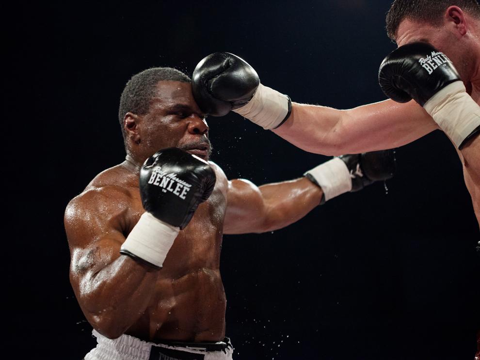 Pugilistul ucrainean Alexander Alekseev (D) se luptă cu americanul Garrett Wilson (S) în cadrul galei de box BOXEN, în Galaţi, vineri, 22 februarie 2013.
