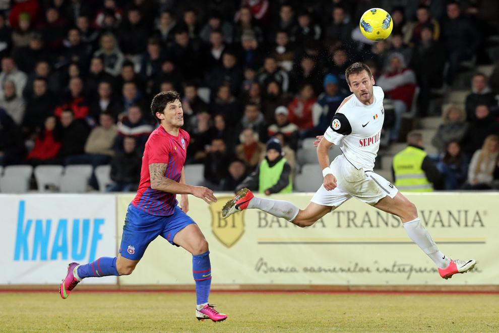 Cristian Tănase (S), de la Steaua Bucureşti, urmăreşte un balon lovit cu capul de Emil Ninu (D), de la Universitatea Cluj, în timpul meciului de fotbal din etapa a XX-a a Ligii I, în Cluj-Napoca, luni, 25 februarie 2013.