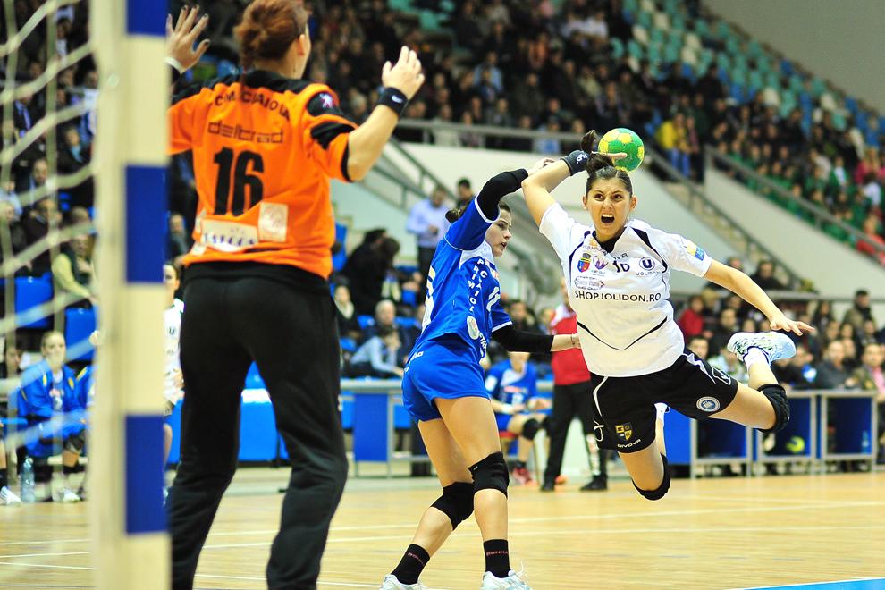 Florina Chintoan (D), de la U Jolidon Cluj, aruncă la poartă în meciul restant cu S.C.M Craiova, din etapa a VII-a a Ligii Naţionale de handbal feminin, disputat în Craiova, marţi, 8 ianuarie 2013.
