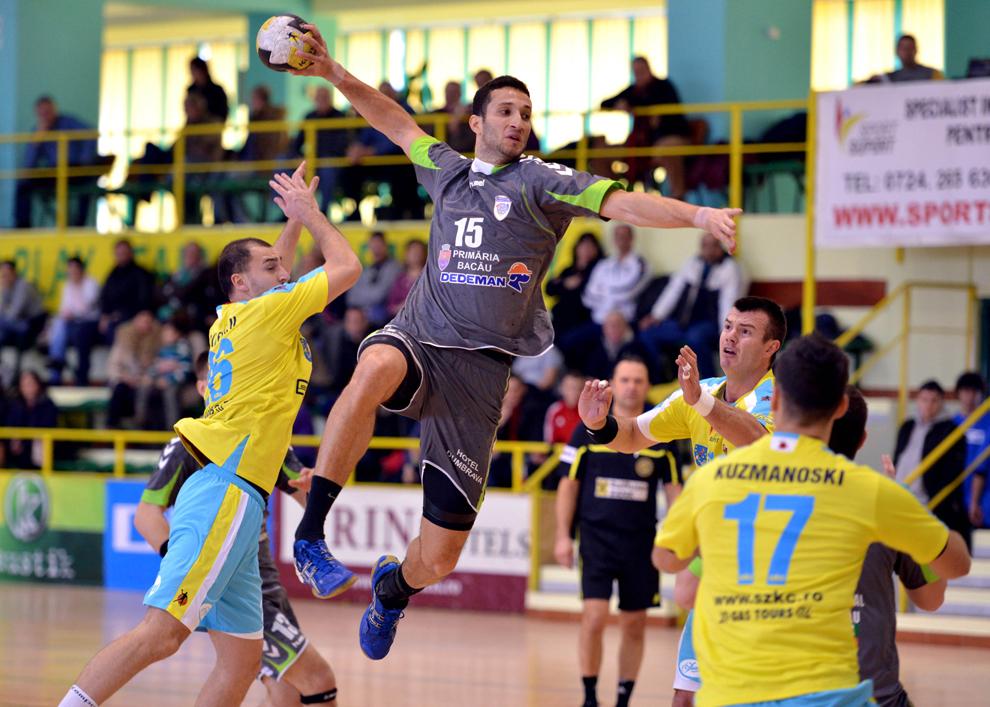 Da Silva Ferreira Uelington (C), de la Ştiinţa Dedeman Bacău, încearcă să puncteze în meciul cu HC Odorheiul Secuiesc, din cadrul Cupei Ligii la handbal masculin, disputat la Bacău, duminică, 27 ianuarie 2013.