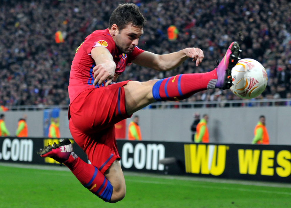 Adrian Popa, de la Steaua Bucureşti, preia o pasă, în timpul meciului cu Chelsea Londra, contând pentru prima manşă a optimilor de finala ale Ligii Europa, disputat în Bucureşti, joi, 7 martie 2013.