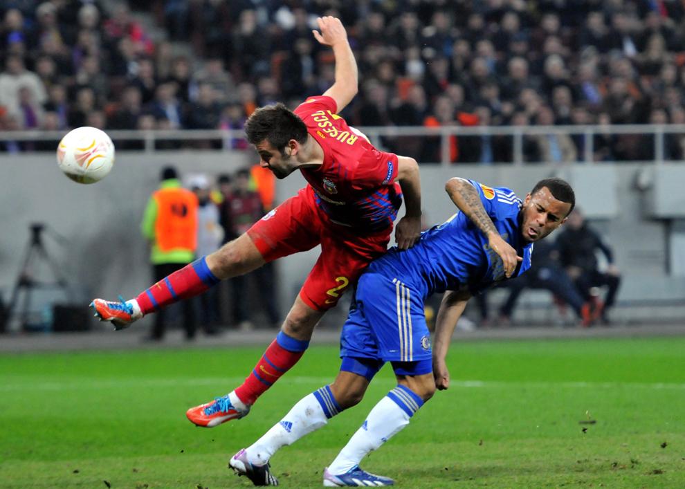 Rusescu de la Steaua Bucureşti şi Bertrand de la Chelsea, luptă pentru balon la faza în urma căreia se dictează penalti pentru Steaua, in timpul meciului din prima manşă a optimilor de finală ale Europa League, în Bucureşti, joi, 7 martie 2013.