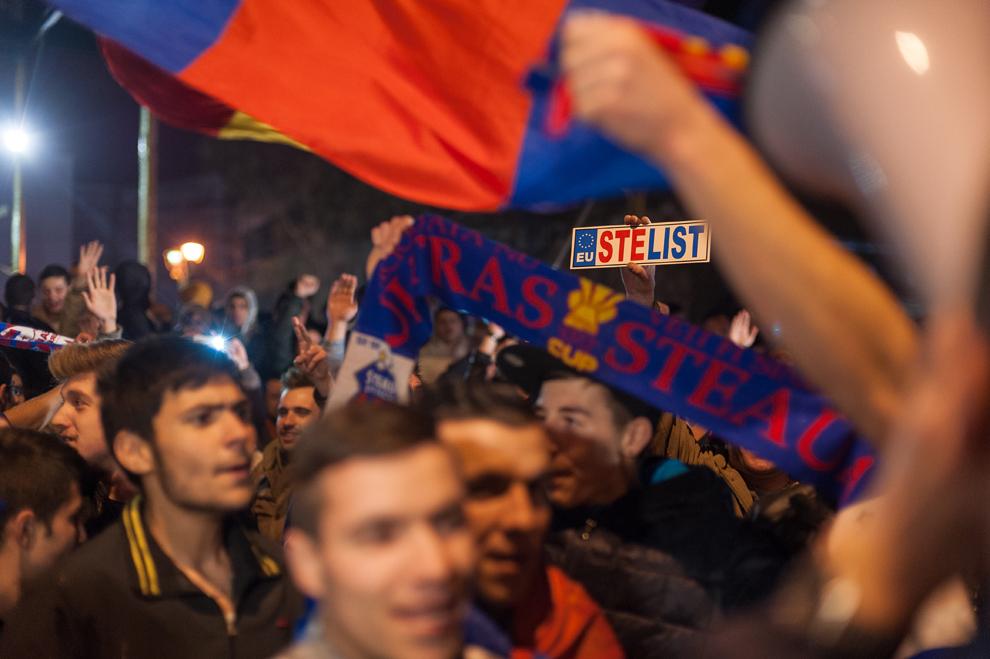 Suporterii echipei Steaua Bucureşti se bucură de câştigarea meciului cu Chelsea Londra, în Piaţa Universităţii din Bucureşti, joi, 7 martie 2013.