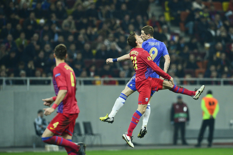 Vlad Chiricheş de la Steaua Bucureşti, se luptă pentru balon cu Fernando Torres de la Chelsea Londra, în timpul meciului contând pentru prima manşă a optimilor de finală ale Ligii Europa, disputat în Bucureşti, joi, 7 martie 2013.