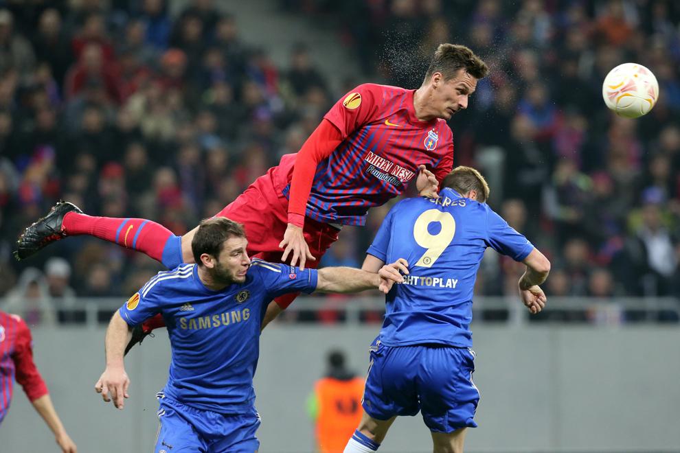 Lukasz Szukala de la Steaua Bucureşti, se luptă pentru balon cu Fernando Torres de la Chelsea Londra, în timpul meciului contând pentru prima manşă a optimilor de finala ale Ligii Europa, disputat în Bucureşti, joi, 7 martie 2013.