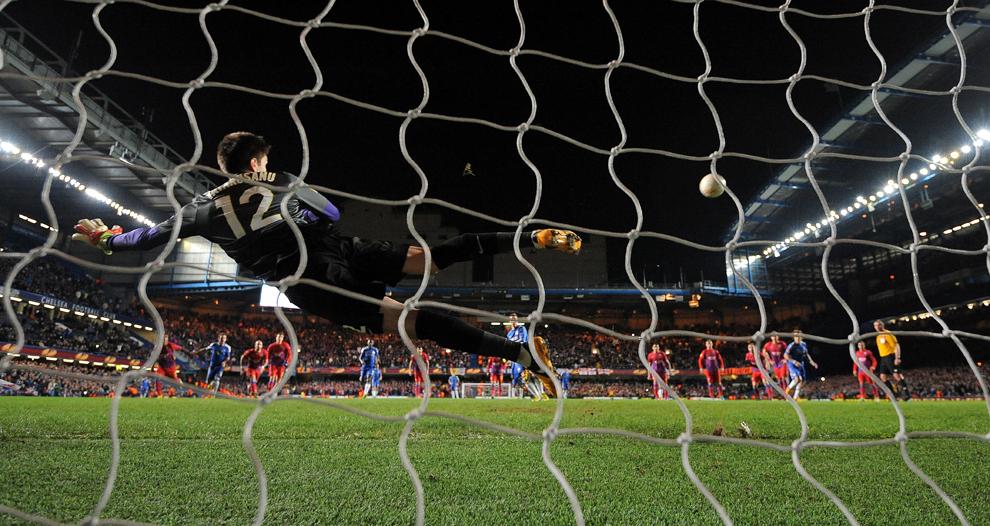 Portarul echipei Steaua, Ciprian Tătăruşanu încearcă să apere un penalty executat de atacantul echipei Chelsea, Fernando Torres, în timpul meciului contând pentru optimile de finală ale Europa League, în Londra, joi 14 martie 2013.