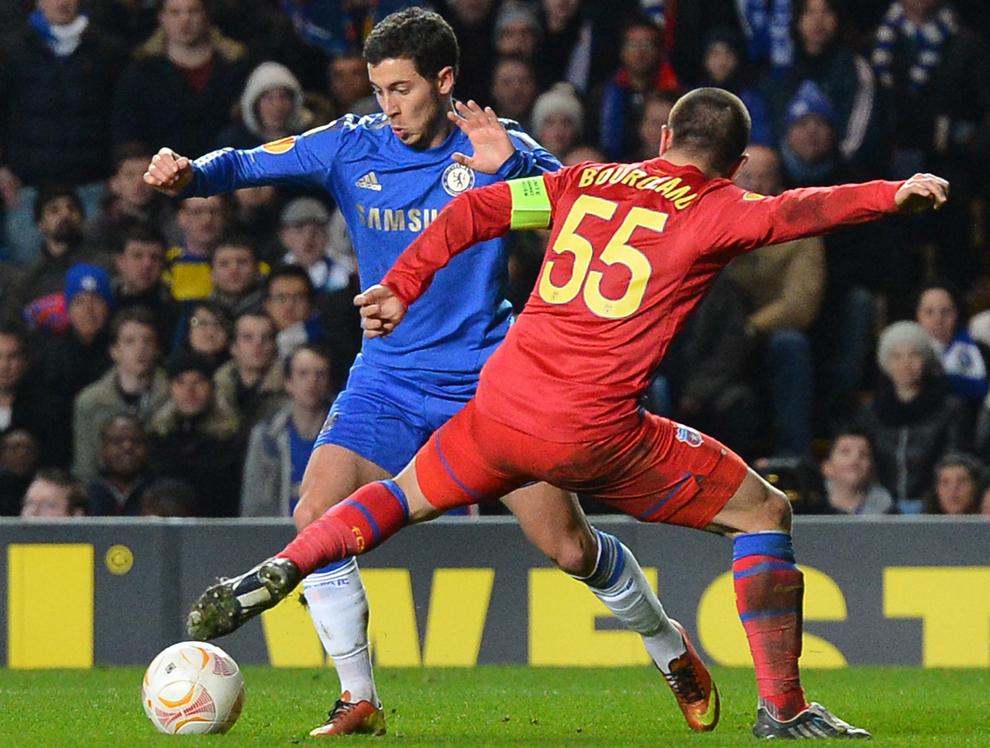 Mijlocaşul belgian al echipei Chelsea, Eden Hazard luptă pentru balon cu jucătorul Stelei, Alexandru Bourceanu, în timpul meciului contând pentru optimile de finală ale Europa League, în Londra, joi 14 martie 2013.