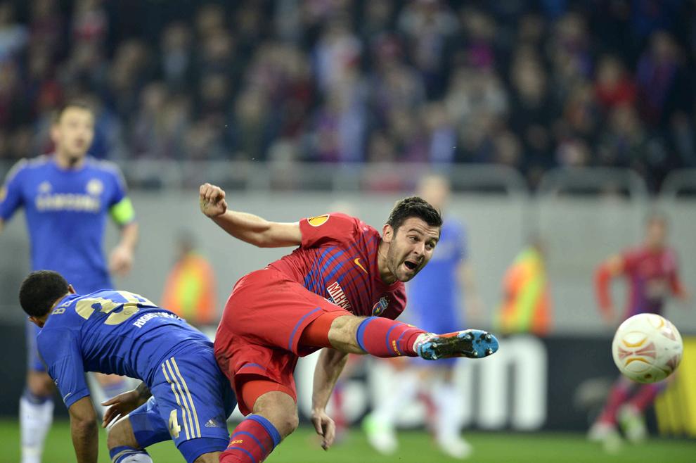 Raul Rusescu de la Steaua Bucureşti, se luptă pentru balon cu Ryan Bertrand de la Chelsea Londra, în timpul meciului contând pentru prima manşă a optimilor de finală ale Ligii Europa, disputat în Bucureşti, joi, 7 martie 2013.