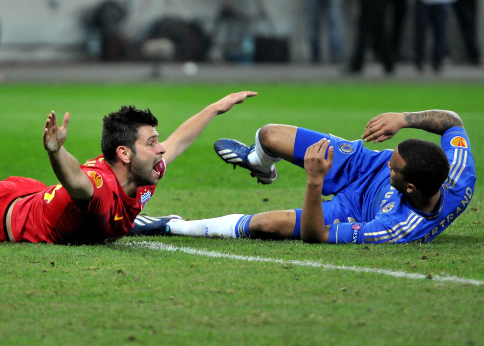 Raul Rusescu de la Steaua Bucureşti, reactionează dupa ce a fost faultat în careu de către Ryan Bertrand de la Chelsea Londra, în timpul meciului din prima manşă a optimilor de finală ale Ligii Europa, în Bucureşti, joi, 7 martie 2013.