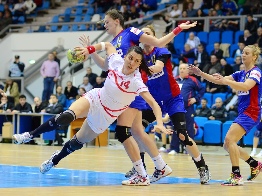 Elisabet Chavez, de la echipa Spaniei, şutează, în timpul meciului cu România, în cadrul Turneului Carpaţi la handbal feminin, desfăşurat la Sala Polivalentă din Craiova, duminică, 24 martie 2013.