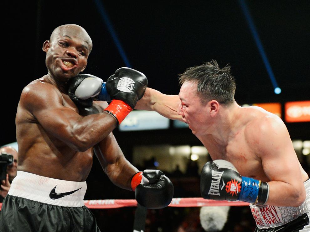Ruslan Provodnikov, Russia (D) aplică un pumn în faţa campionului grupei semimijlocie, versiunea WBO, Timothy Bradley,  în timpul unui meci de box desfăşurat în Carson, California, sâmbătă, 16 martie 2013.