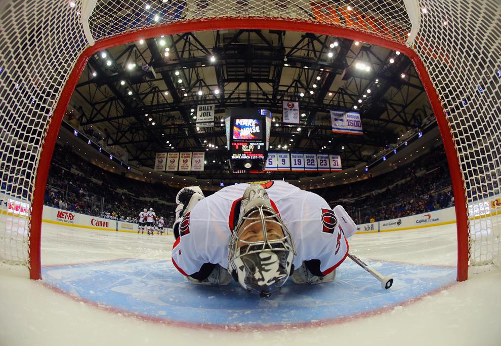 Ben Bishop de la echipa Ottawa Senators se întinde inaintea meciului împotriva celor de la New York Islanders, la Nassau Veterans Memorial Coliseum, în Uniondale, New York, marţi, 19 martie 2013.