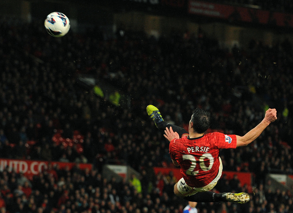 Atacantul olandez al echipei Manchester United, Robin van Persie şutează în timpul meciului din Premier League dintre Manchester United şi Reading, pe stadionul Old Trafford, în Manchester, sâmbătă, 16martie 2013.