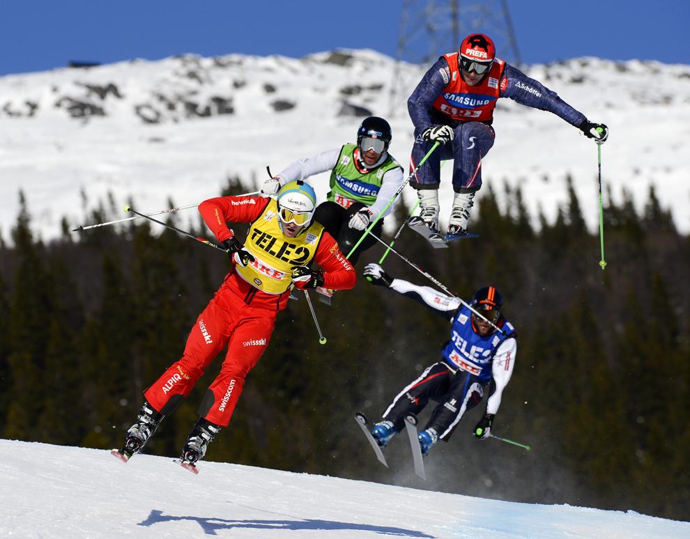 Sportivi concurează în timpul finalei masculine a Audi FIS World Cup Ski Cross, în Are, Suedia, duminică, 17 martie 2013.