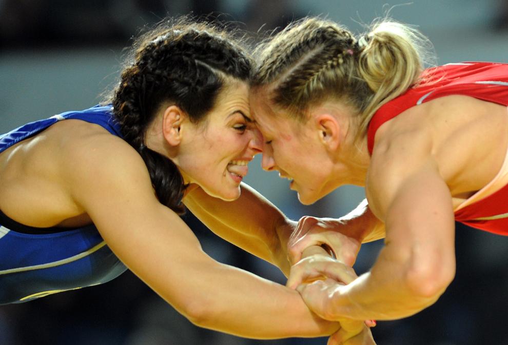 Poloneza Roksana Zasina (roşu) luptă cu românca Estera Dobre în timpul meciului pentru medalia de aur la categoria 51kg, în cadrul Campionatului European de Lupte, în Tbilisi, Georgia, miercuri, 20 martie 2013.