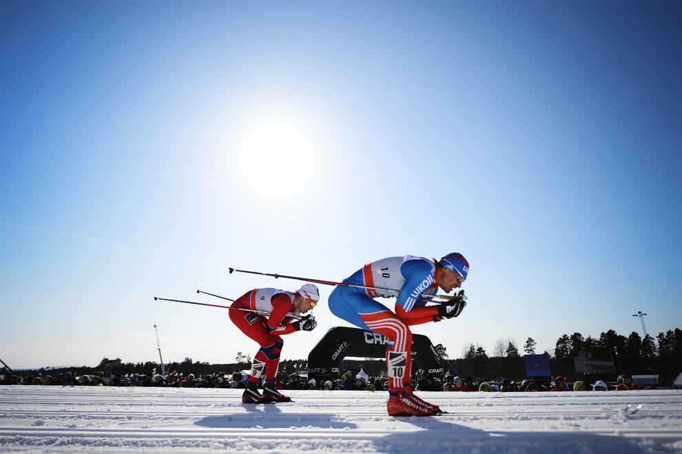 Norvegianul Paal Golberg (S) şi rusul Maxim Vylegzhanin concurează în timpul unei probe contând pentru FIS Cross-Country World Cup Men 15 km Classic Mass Start, în Falun, Suedia, sâmbătă, 23 martie 2013.