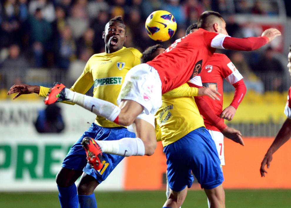 Jeremy Bokila (S), de la FC Petrolul, reacţionează în meciul cu FC Dinamo, din etapa a XXIII-a a Ligii I, în Ploieşti, sâmbătă, 16 martie 2013.