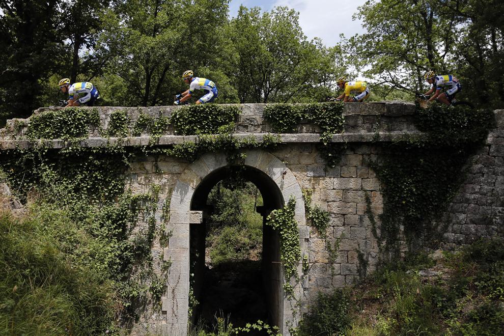 Deţinătorul tricoului galben de lider al clasamentului general, australianul Simon Gerrans (D2), pedalează alături de coechipierii săi în timpului celei de-a 5-a etape a Turului Franţei la ciclism, între Cagnes-sur-Mer şi Marseille, în sudul Franţei, miercuri, 3 iulie 2013.