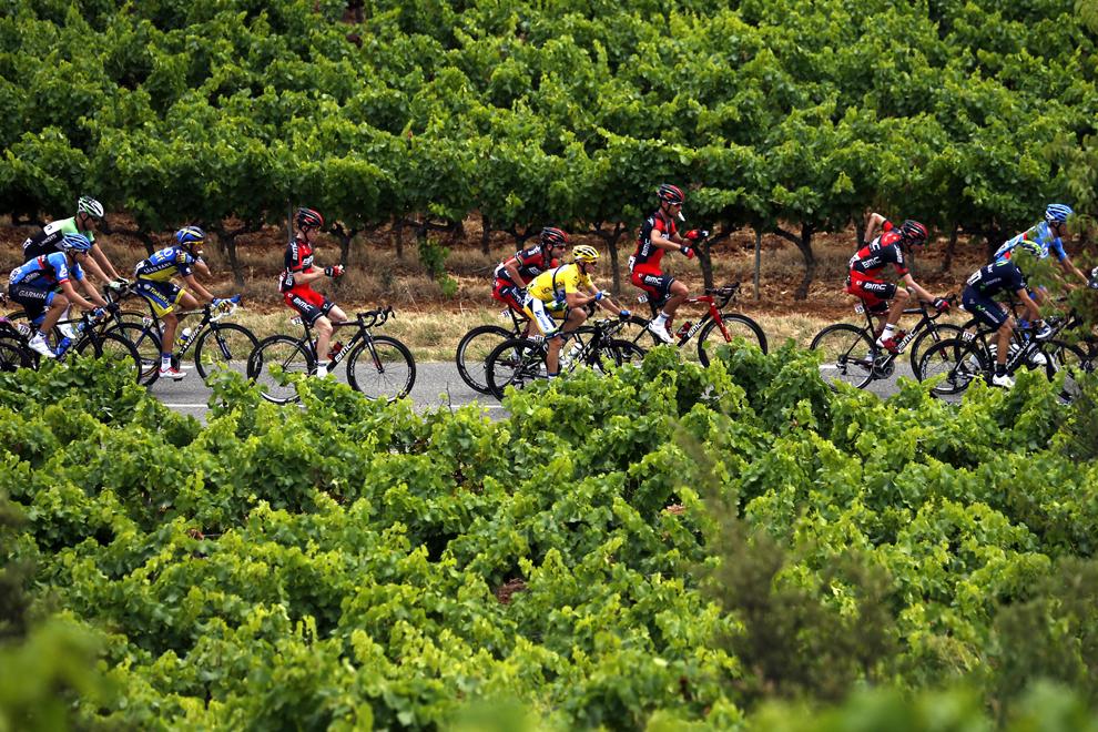 Deţinătorul tricoului galben de lider al clasamentului general, australianul Simon Gerrans (C), pedalează în pluton în timpul celei de-a 5-a etape a Turului Franţei la ciclism, între Cagnes-sur-Mer şi Marseille, în sudul Franţei, miercuri, 3 iulie 2013.