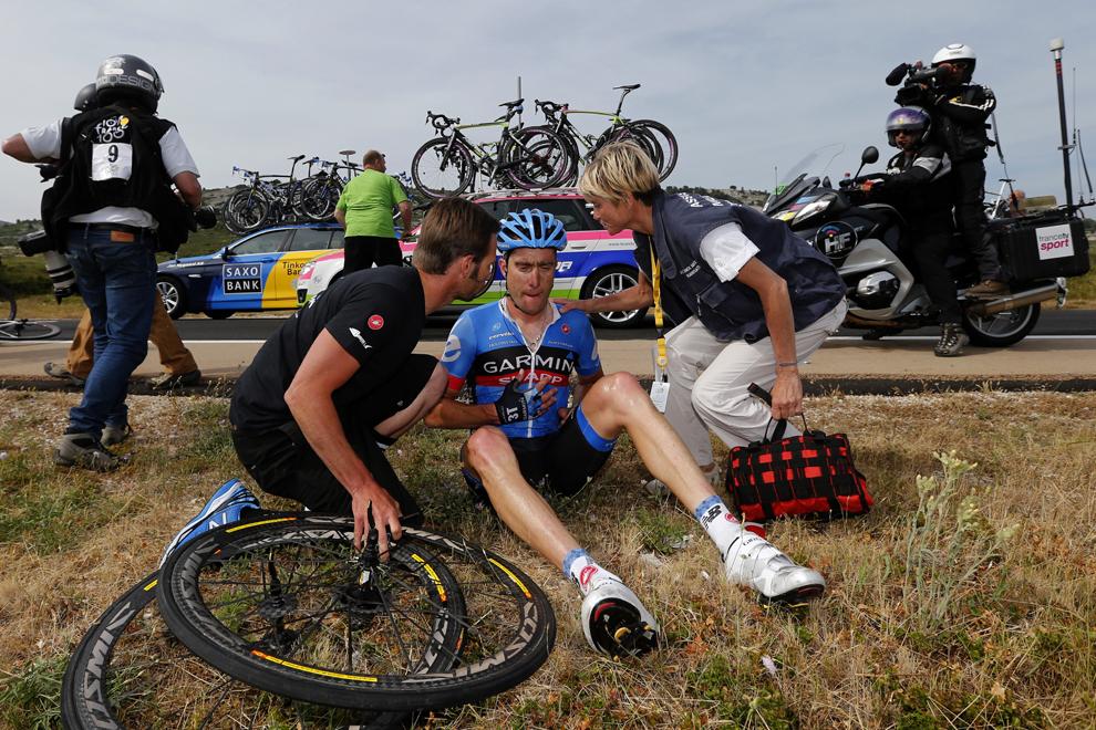 Americanul Christian Vandevelde primeşte ajutor după o căzătură, în timpul celei de-a 5-a etape a Turului Franţei la ciclism, între Cagnes-sur-Mer şi Marseille, în sudul Franţei, miercuri, 3 iulie 2013.