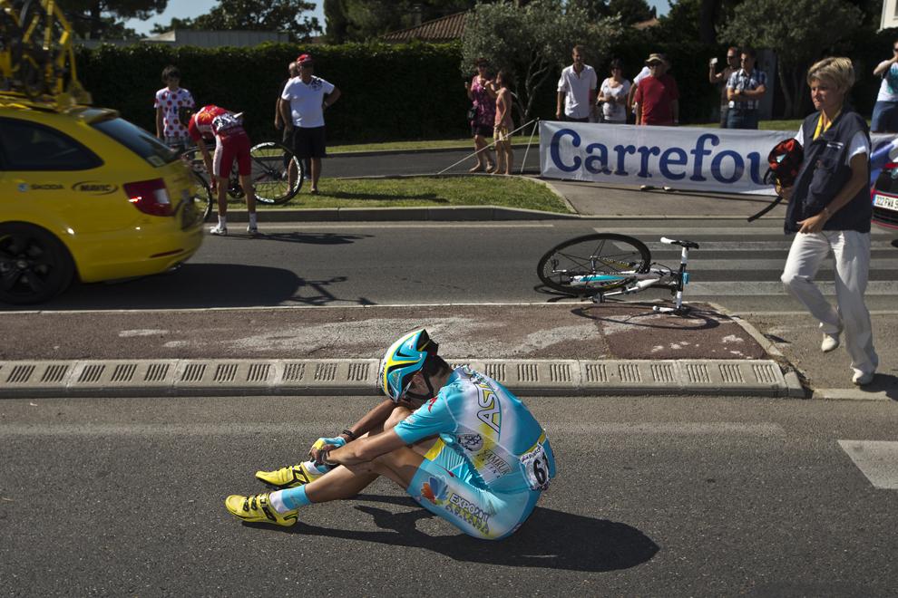 Slovenul Janez Brajkovic stă pe asfalt după o căzătură, în timpul celei de-a 6-a etape a Turului Franţei la ciclism, între Aix-en-Provence şi Montpellier, în sudul Franţei, joi, 4 iulie 2013.