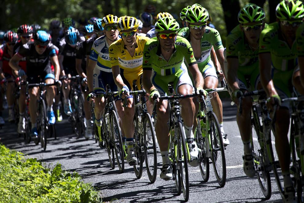 Deţinătorul tricoului galben de lider  al clasamentului general, sud-africanul Daryl Impey (C), pedalează în pluton în timpul celei de-a 7-a etape a Turului Franţei la ciclism, între Montpellier şi Albi, în sud-vestul Franţei, vineri, 5 iulie 2013.
