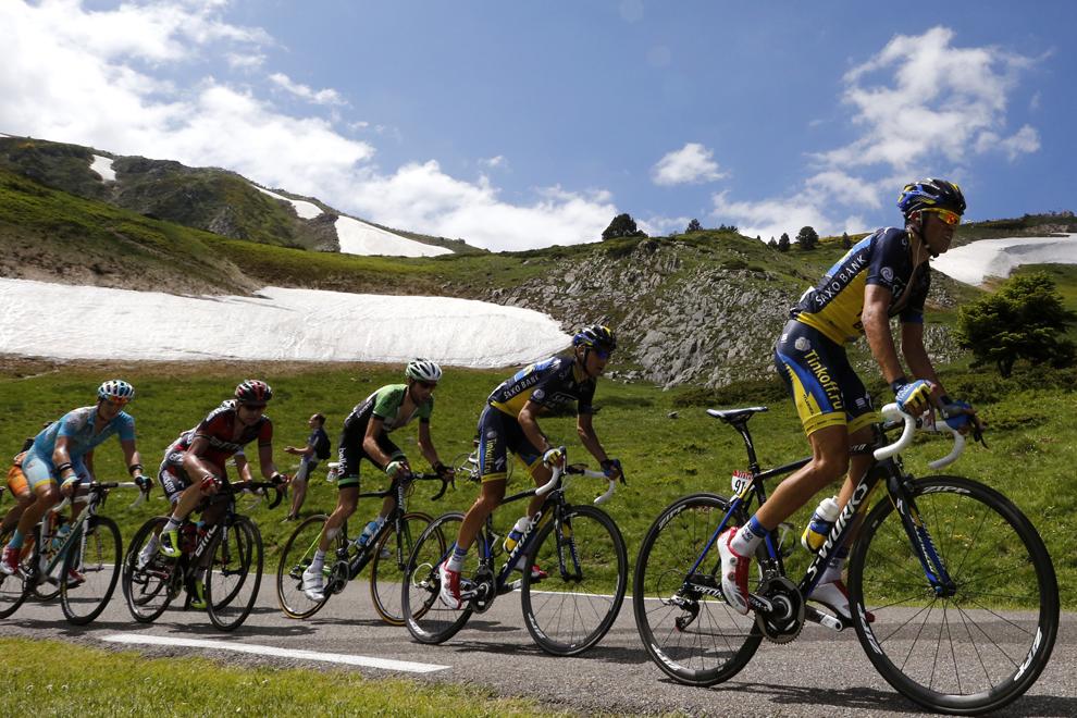 Spaniolul Alberto Contador (D) concurează în cea de-a 8-a etapă a Turului Franţei la ciclism, între Castres şi Ax 3 Domaines, în sud-vestul Franţei, sâmbătă, 6 iulie 2013.