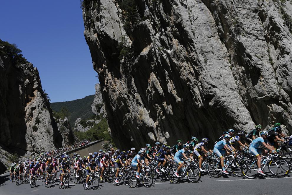 Plutonul de ciclişti se deplasează în timpul celei de-a 8-a etape a Turului Franţei la ciclism, între Castres şi Ax 3 Domaines, în sud-vestul Franţei, sâmbătă, 6 iulie 2013.