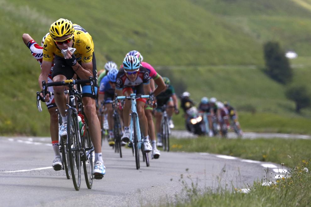 Britanicul Christopher Froome, deţinător al tricoului galben de lider  al clasamentului general, mănâncă în timp ce pedalează, în etapa a 9-a a Turului Franţei la ciclism, între Saint-Girons şi Bagneres-de-Bigorre, în sud-vestul Franţei, duminică, 7 iulie 2013.
