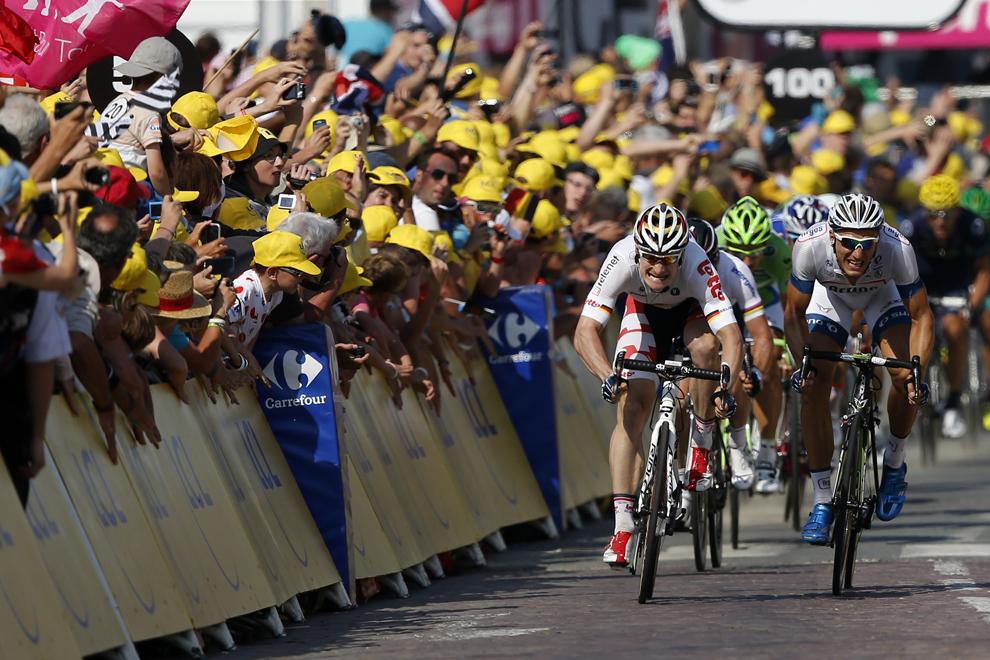 Germanul Marcel Kittel (D) sprintează la finalul celei de-a 10-a etape a Turului Franţei la ciclism, între Saint-Gildas-des-Bois şi Saint-Malo, în nord-vestul Franţei, marţi, 9 iulie 2013.