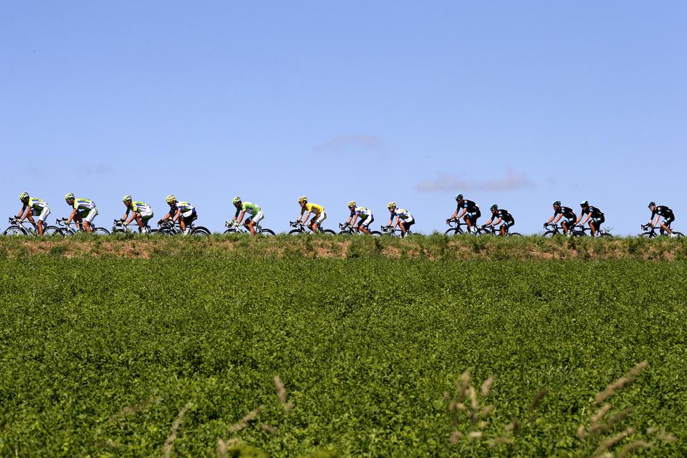 Deţinătorul tricoului galben de lider al clasamentului general, sud-africanul Daryl Impey (C), pedalează alături de alţi ciclişti în timpul celei de-a 7-a etape a Turului Franţei la ciclism, între Montpellier şi Albi, în sud-vestul Franţei, vineri, 5 iulie 2013.