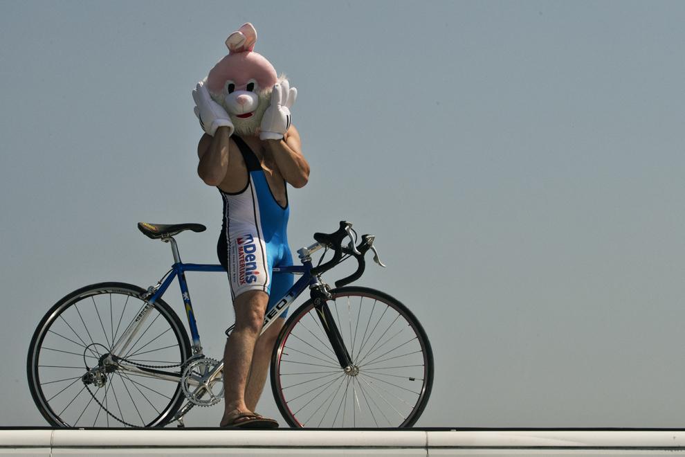 Un suporter, purtând o mască de iepure, stă lângă şosea în timpul celei de-a 10-a etape a Turului Franţei la ciclism, între Saint-Gildas-des-Bois şi Saint-Malo, în nord-vestul Franţei, marţi, 9 iulie 2013.