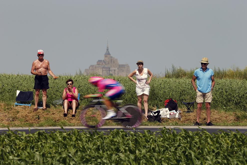 Un membru al echipei Lampre – Merida concurează în proba de contratimp individual din cea de-a 11-a etapă a Turului Franţei la ciclism, desfăşurată pe o distanţă de 33 de km, între Avranches şi Mont-Saint-Michel, în nord-vestul Franţei, miercuri, 10 iulie 2013.
