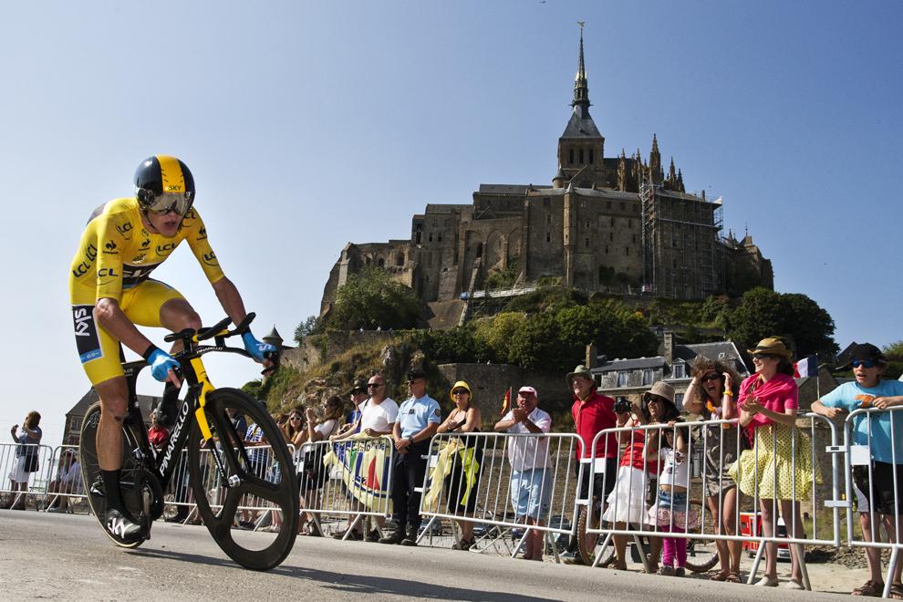 Britanicul Christopher Froome, deţinător al tricoului galben de lider al clasamentului general, concurează în proba de contratimp individual din cea de-a 11-a etapă a Turului Franţei la ciclism, desfăşurată pe o distanţă de 33 de km, între Avranches şi Mont-Saint-Michel, în nord-vestul Franţei, miercuri, 10 iulie 2013.