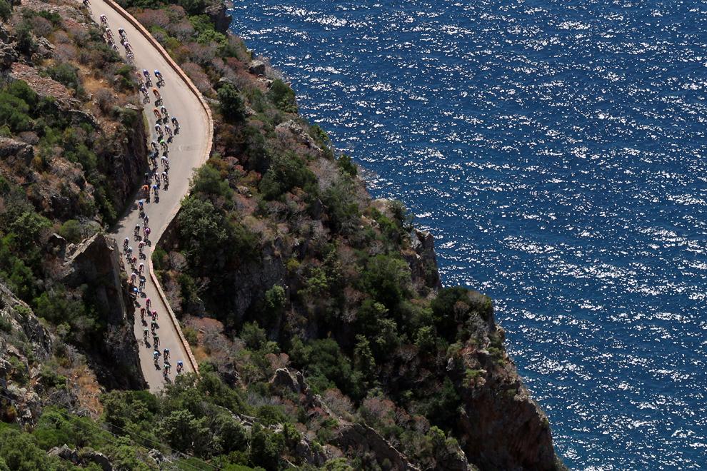 O fotografie aeriană înfăţişează plutonul de ciclişti în cea de-a treia etapă a Turului Franţei la ciclism, între Ajaccio şi Calvi, pe insula franceză Corsica, luni, 1 iulie 2013.