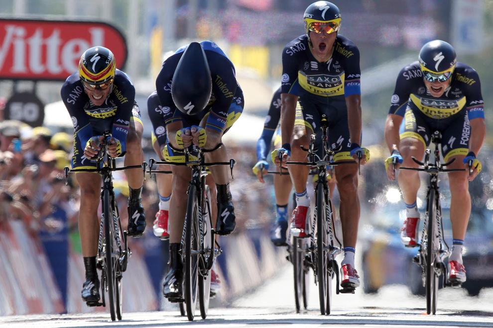 Spaniolul Alberto Contador (S) trece linia de sosire alături de coechipierii săi din echipa Saxo-Tinkoff, la finalul probei de contratimp pe echipe din etapa a 4-a a Turului Franţei la ciclism, desfăşurată pe o distanţă de 25 km, în Nisa, marţi, 2 iulie 2013.