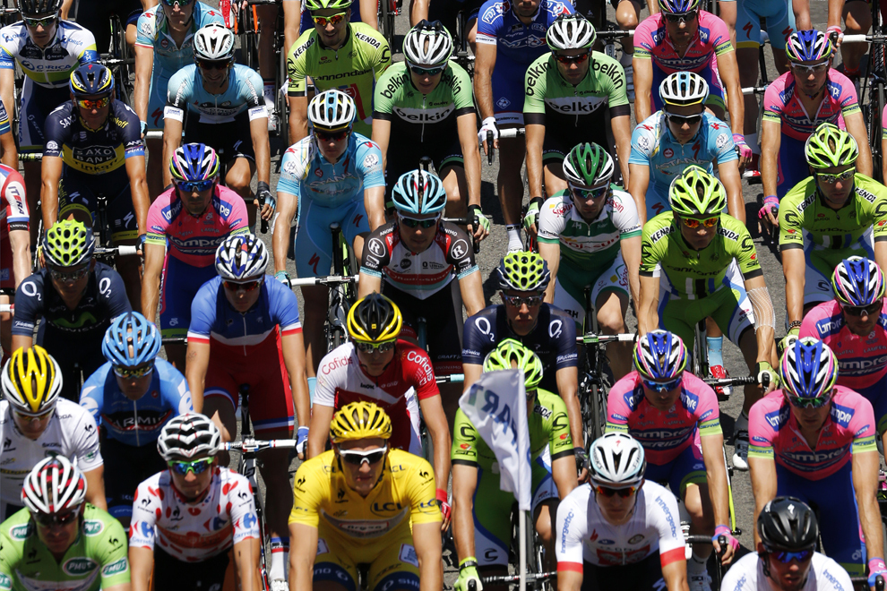 Plutonul de ciclişti se deplasează în etapa a doua a Turului Franţei la ciclism, între Bastia şi Ajaccio, pe insula franceză Corsica, duminică, 30 iunie 2013.