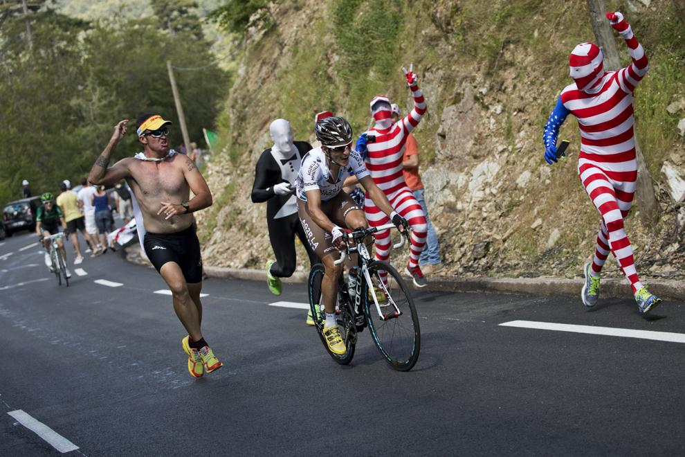 Francezul Blel Kadri pedalează în timp ce mai mulţi fani aleargă pe lângă el, în cea de-a doua etapă a Turul Franţei la ciclism, între Bastia şi Ajaccio, pe insula franceză Corsica, duminică, 30 iunie 2013.
