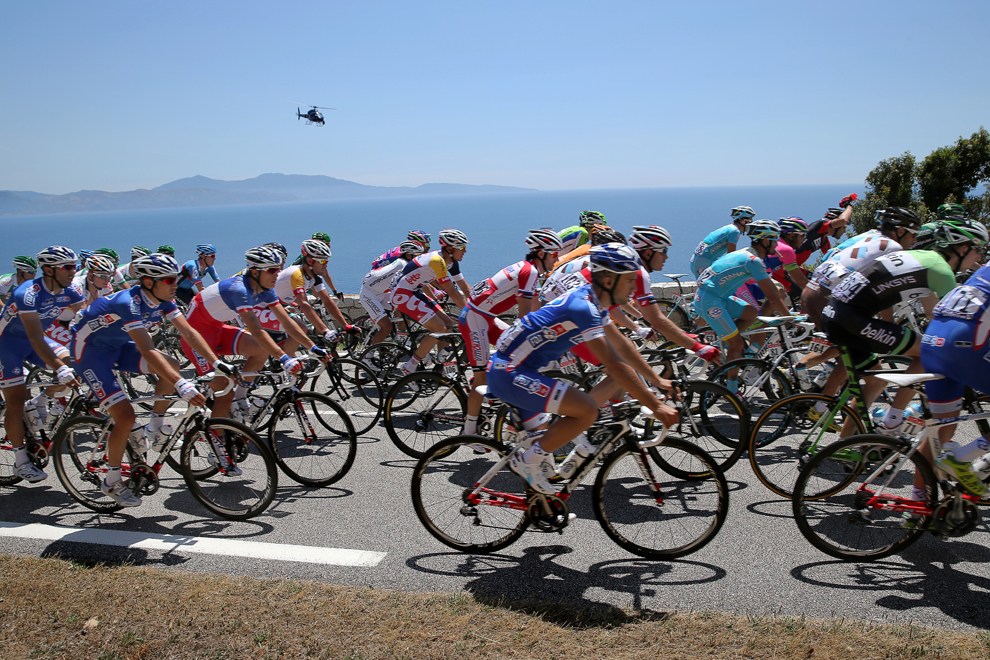 Plutonul de ciclişti se deplasează în timpul celei de-a treia etape a Turului Franţei la ciclism, între Ajaccio şi Calvi, pe insula franceză Corsica, luni, 1 iulie 2013.