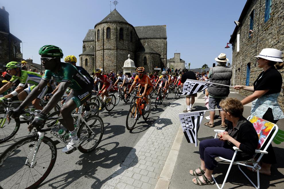Suporterii încurajează cicliştii participanţi la cea de-a doisprezecea etapă a celei de-a o suta ediţie a Turului Franţei, între Fougères şi Tours, în nord-vestul Franţei, joi, 11 iulie 2013.