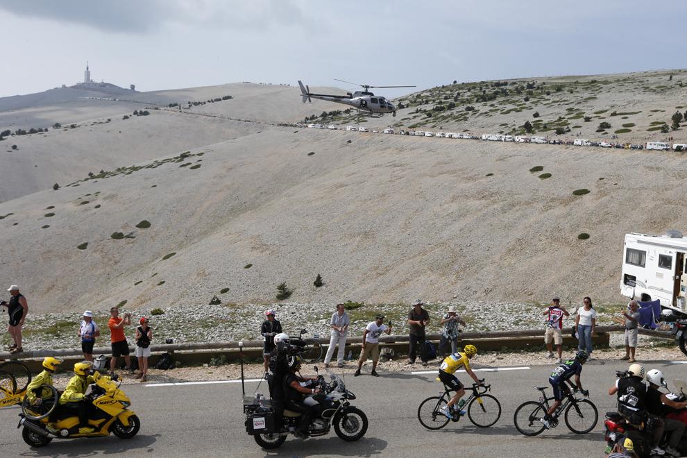 Liderul cursei şi purtător al tricoului galben, britanicul Christopher Froome (S) pedalează în spatele columbianului Nairo Quintana (D), în timpul celei de-a cincisprezecea etape a Turului Franţei, între Givors şi Mont Ventoux, sud-estul Franţei, duminică, 14 iulie 2013.