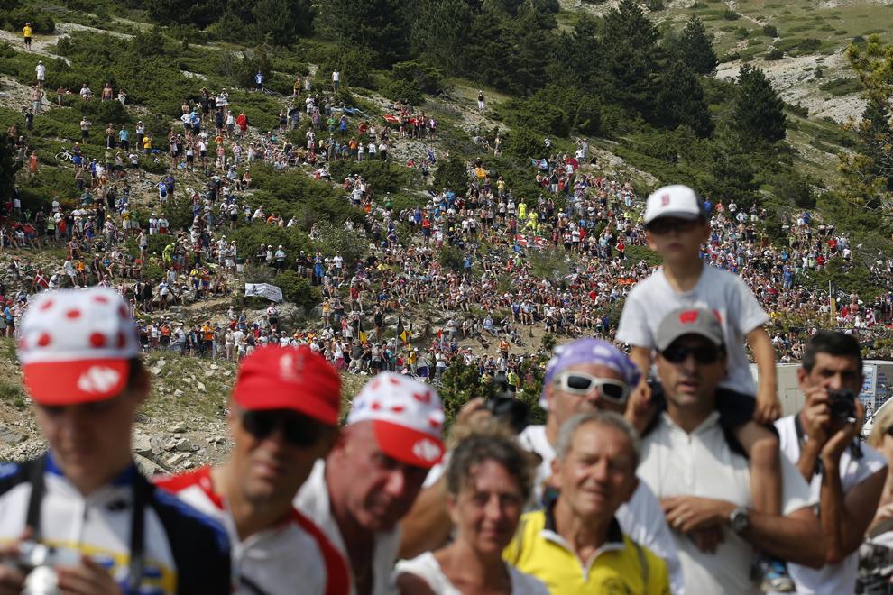 Suporterii încurajează cicliştii participanţi la cea de-a cincisprezecea etape a Turului Franţei, între Givors şi Mont Ventoux, sud-estul Franţei, duminică, 14 iulie 2013.