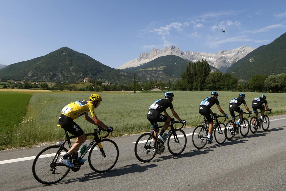 Liderul cursei şi purtător al tricoului galben, britanicul Christopher Froome (S) pedalează în spatele coechipierilor săi, (de la stânga) spaniolul David Lopez Garcia, bielorusul Kanstantsin Siutsou, britanicul Geraint Thomas şi britanicul Ian Stannard, în timpul celei de-a şaisprezecea etape a Turului Franţei, între Vaison-la-Romaine şi Gap, sud-estul Franţei, marţi, 16 iulie 2013.