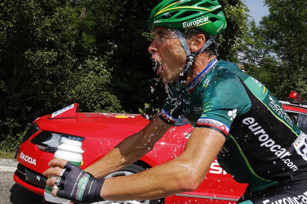 Francezul Thomas Voeckler se stropeşte cu apă în timp ce participă la cea de-a şaisprezecea etapă a Turului Franţei, între Vaison-la-Romaine şi Gap, sud-estul Franţei, marţi, 16 iulie 2013.