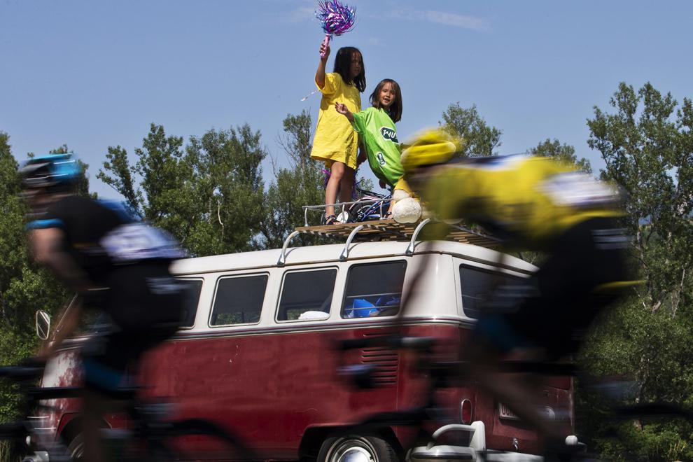 Liderul cursei şi purtător al tricoului galben, britanicul Christopher Froome trece pe langă doua fetiţe care încurajează participanţii la cea de-a şaisprezecea etapă a Turului Franţei, între Vaison-la-Romaine şi Gap, sud-estul Franţei, marţi, 16 iulie 2013.