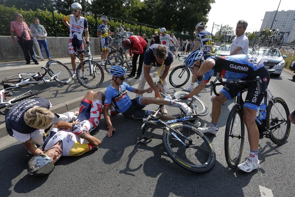 Neozeelandezul Gregory Henderson (S) este căzut la pământ după ce a căzut în timpul celei de-a doisprezecea etape a ediţiei din acest an a Turului Franţei, între Fougères şi Tours, în nord-vestul Franţei, joi, 11 iulie 2013.