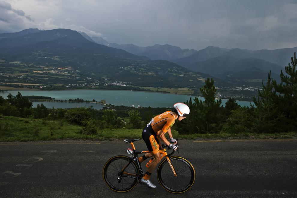 Spaniolul Igor Anton pedalează în timpul celei de-a şaptesprezecea etapă a Turului Franţei, între Embrun şi Chorges, sud-estul Franţei, miercuri, 17 iulie 2013.