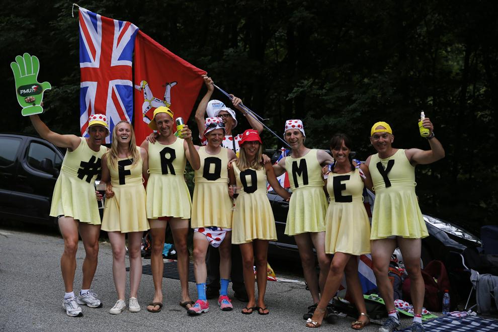 """Suporteri britanici, îmbrăcaţi în rochii pe care este scris mesajul """"Frommey"""" pozează în timp ce aşteaptă cicliştii, în timpul celei de-a 18-a etape a Turului Franţei, între Gap şi Alpe-d'Huez, în Alpii Francezi, joi, 18 iulie 2013."""