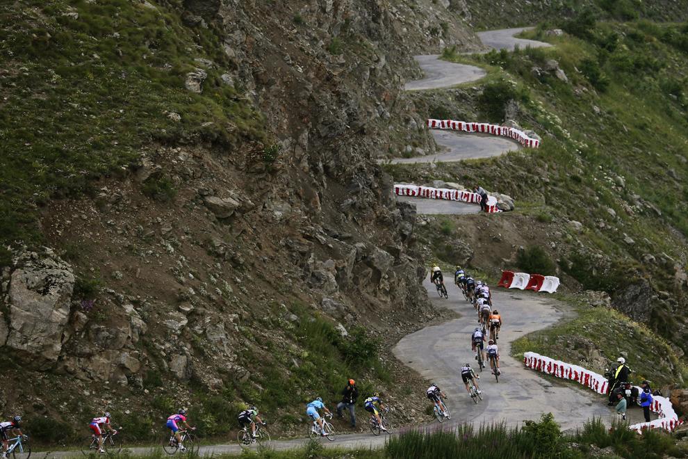 Plutonul de ciclişti se deplasează pe soseaua Col de Sarenne, în timpul celei de-a 18-a etape a Turului Franţei, între Gap şi Alpe-d'Huez, în Alpii Francezi, joi, 18 iulie 2013.